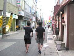 写真:宮古島の繁華街を歩く僕(左)と誰かさん(4)