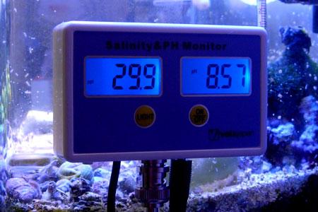塩分濃度&pHモニタ WQM2771を水槽にセットした様子