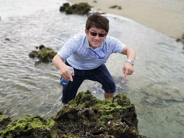 沖縄で天然のヤドカリパークを見つけてご満悦のエイジ氏